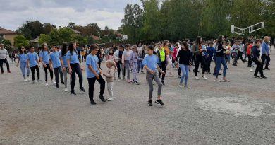 Музикален флашмоб събра ученици и учители на Второ СУ за Международния ден на музиката